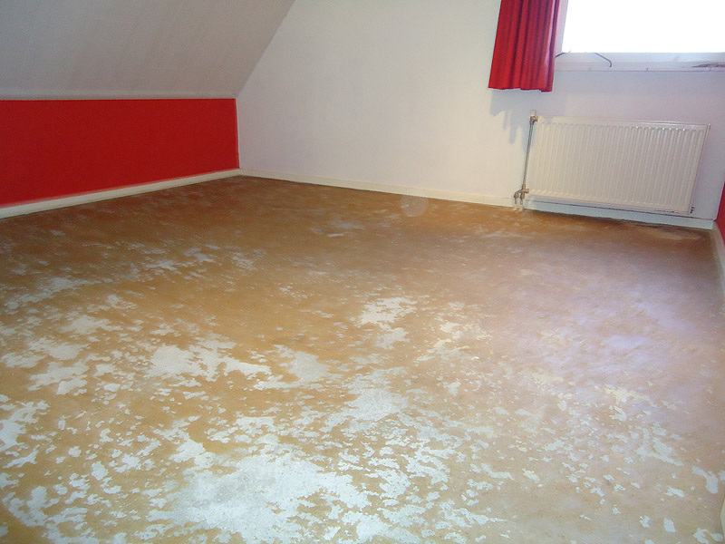Vloerbedekking verwijderen en de vloer egaliseren